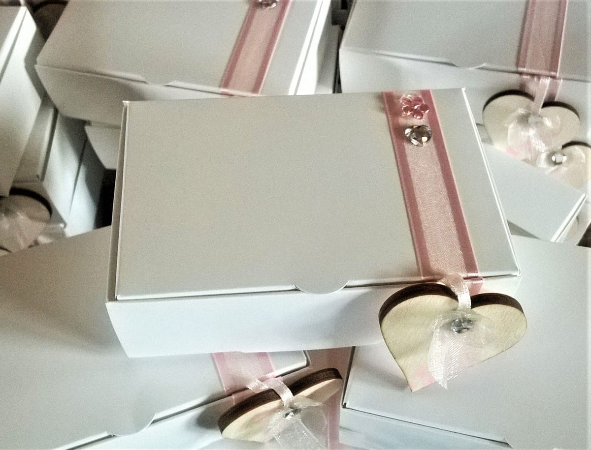 Pretty cake boxes for wedding cake sharing