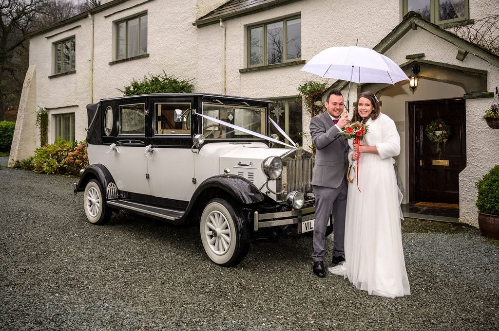 Bride-and-Groom-with-classic-car